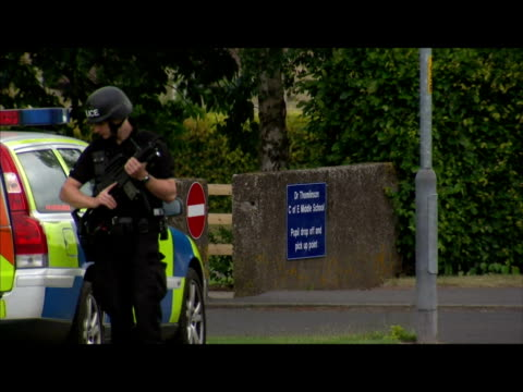 vidéos et rushes de exterior shots of armed police officers standing guard outside school as the hunt for raoul moat continues armed police guard rothbury schools on... - nord est de l'angleterre