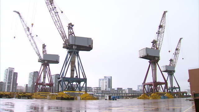 exterior shots of bae systems scotstoun shipyard showing large cranes and anonymous workers walking across the site scotstoun shipyard in glasgow on... - skeppsbyggare bildbanksvideor och videomaterial från bakom kulisserna