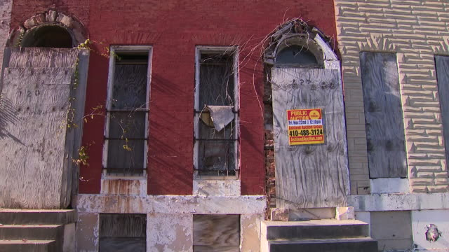 stockvideo's en b-roll-footage met exterior shots of baltimore streets and derelict houses on 26 november 2019 in baltimore maryland usa - maryland staat