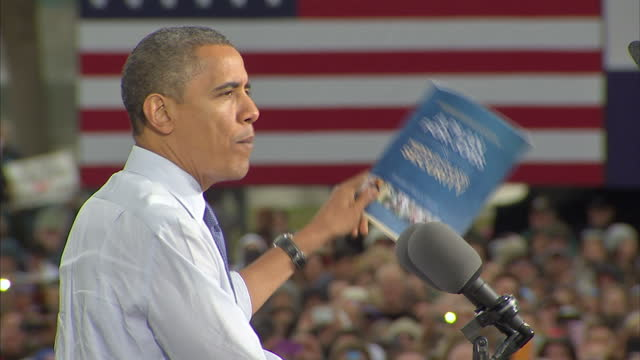 exterior shots of barack obama giving a speech to cheering crowds at an election rally in denver on october 24 2012 in denver colorado - 政治集会点の映像素材/bロール