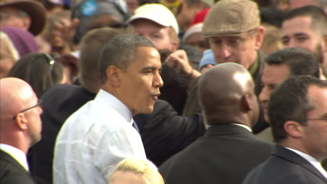 exterior shots of barack obama greeting cheering crowds at an election rally in denver on october 24 2012 in denver colorado - 政治集会点の映像素材/bロール