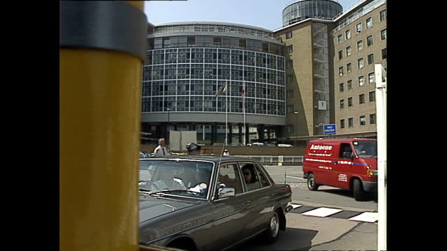 vídeos y material grabado en eventos de stock de exterior shots of bbc television centre as vehicles and pedestrians enter and leave on may 20, 1992 in london, england. - bbc