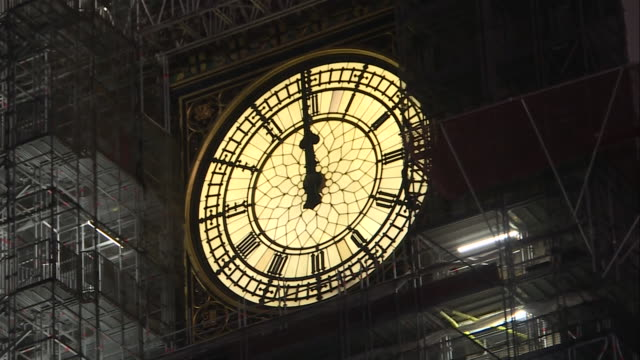 vidéos et rushes de exterior shots of big ben at the stroke of midnight on new years eve in london on 1st january 2019. - minuit