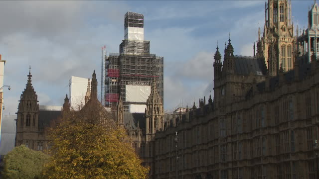 vidéos et rushes de exterior shots of big ben chiming despite ongoing essential conservation works in preparation for 11th november sunday to commemorate those that died... - big ben