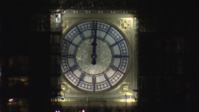 vidéos et rushes de exterior shots of big ben striking midnight for the beginning of the new year 2020 on 1 january 2020 in london, united kingdom. - minuit
