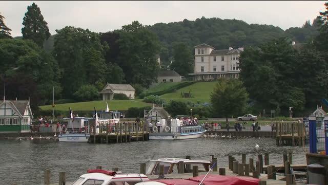 vídeos y material grabado en eventos de stock de exterior shots of boats on lake windermere and views of bowness on july 06 2017 in bowness england - distrito de los lagos de inglaterra