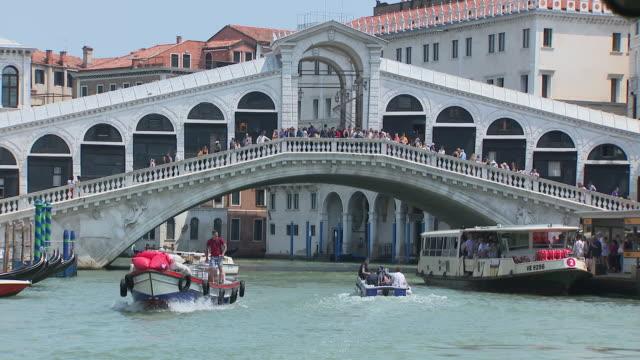 vídeos y material grabado en eventos de stock de exterior shots of boats on the grand canal going under the rialto bridge on 3 june 2019 in venice italy - puente de rialto