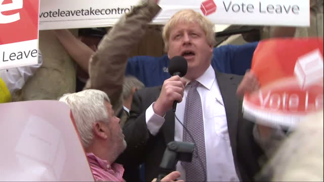 vidéos et rushes de exterior shots of boris johnson addressing a crowd of vote leave supporters in winchester as rival vote remain supporters try to drown him out on may... - émigration et immigration