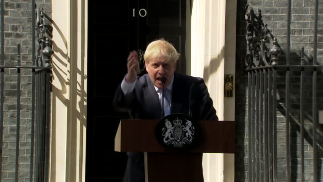 vídeos de stock, filmes e b-roll de exterior shots of boris johnson giving his first speech as prime minister at 10 downing street after he has accepted the invitation to form a... - primeiro ministro