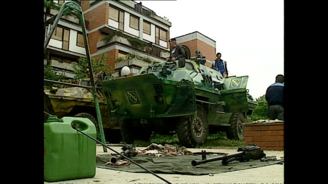 vídeos de stock e filmes b-roll de exterior shots of bosnian fighters cleaning guns, shots of bosnian army tank and fighters standing in observation position in the woods in july, 1992... - cultura da europa de leste