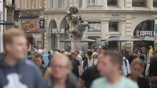 exterior shots of braunschweig city centre with lots of people walking, shops, cafes and coffee shops on 11 september 2020 in braunschweig, germany - マデリン・マクカーン失踪事件点の映像素材/bロール