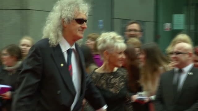 exterior shots of brian may greeting fans and signing autographs whilst on the red carpet of the olivier awards 2015. on april 12, 2015 in london,... - 親筆簽名 個影片檔及 b 捲影像