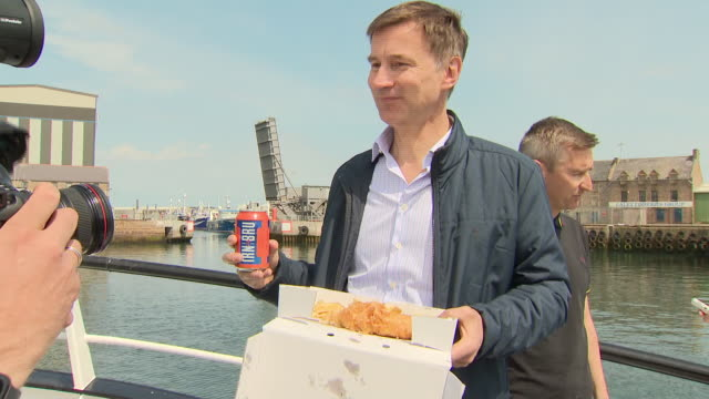 exterior shots of british foreign secretary and conservative party leadership candidate jeremy hunt posing for photo op holding fish and chips and a... - 政治家 ジェレミー ハント点の映像素材/bロール