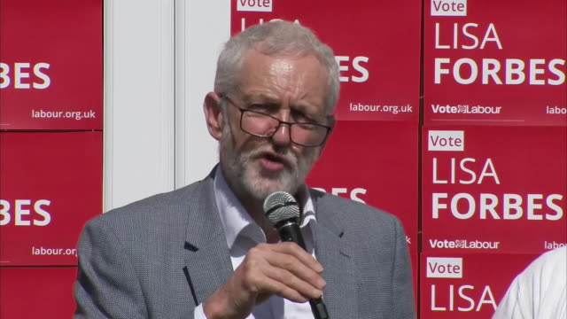 stockvideo's en b-roll-footage met exterior shots of british labour party leader jeremy corbyn and labour's prospective parliamentary candidate lisa forbes address activist in the run... - britse labor partij