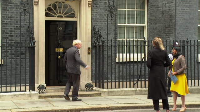 exterior shots of british prime minister boris johnson arriving at 10 downing street after pmq's pmq's on the 30th september 2020 in london, england - domande al primo ministro video stock e b–roll