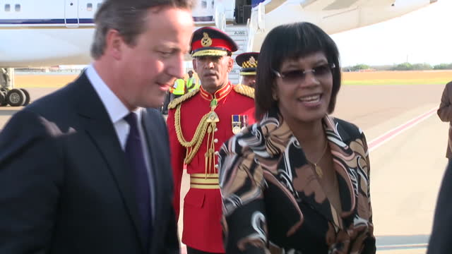 vídeos y material grabado en eventos de stock de exterior shots of british prime minister david cameron meeting officials at the airport with jamaican prime minister portia simpson miller.>> on... - jamaiquino
