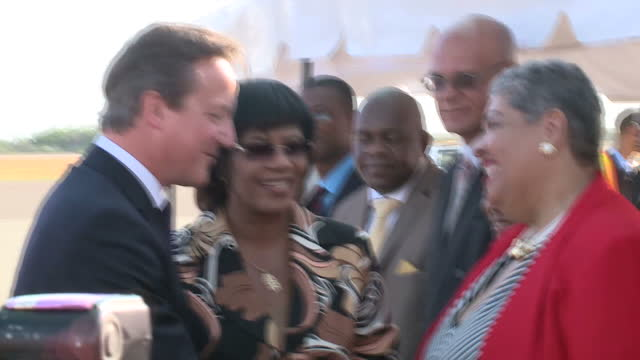 vídeos y material grabado en eventos de stock de exterior shots of british prime minister david cameron meeting officials with jamaican prime minister portia simpson miller.>> on september 30, 2015... - jamaiquino