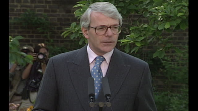 exterior shots of british prime minister john major making a speech resigning his leadership of the conservative party and telling his critics to put... - kritiker stock-videos und b-roll-filmmaterial