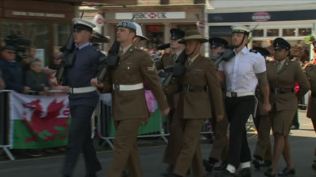 stockvideo's en b-roll-footage met exterior shots of british troops sailors marching along the foot of castle hill and past the statue of queen victoria including a member of raf... - britse leger