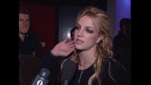 stockvideo's en b-roll-footage met exterior shots of britney spears arriving at her birthday party, posing for photos on the red carpet, signing autographs and interview with britney... - signeren