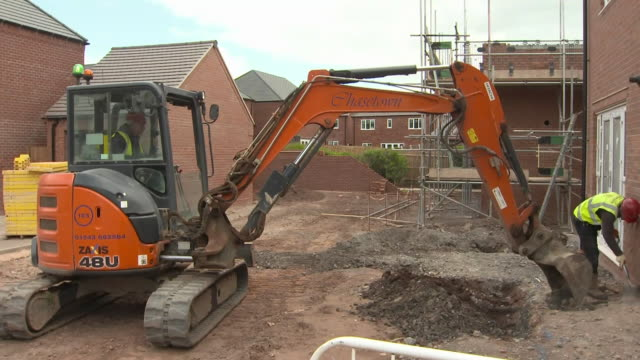 exterior shots of builders and construction workers working on a construction site for a housing development on 11th may 2020 in derbyshire, england - building activity stock videos & royalty-free footage