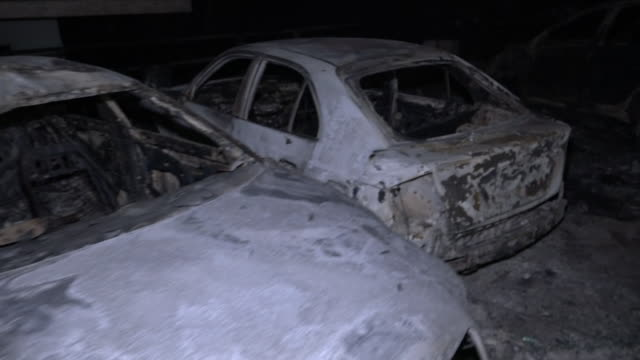 vidéos et rushes de exterior shots of burnt cars being remove in the aftermath of the deadly wildfires claimed the lives of at least 74 people on the 25 july 2018 near... - athens greece