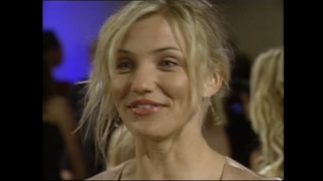 stockvideo's en b-roll-footage met exterior shots of cameron diaz on the red carpet for the oscars vanity fair party on 24th march 2002 in los angeles, united states. - cameron diaz
