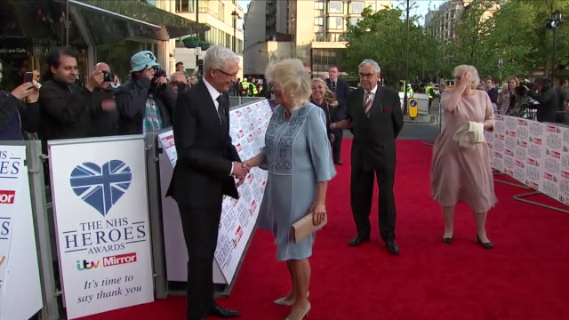 vidéos et rushes de exterior shots of camilla the duchess of cornwall arriving and walking along a red carpet with heavy winds and windy weather including shots of... - héros