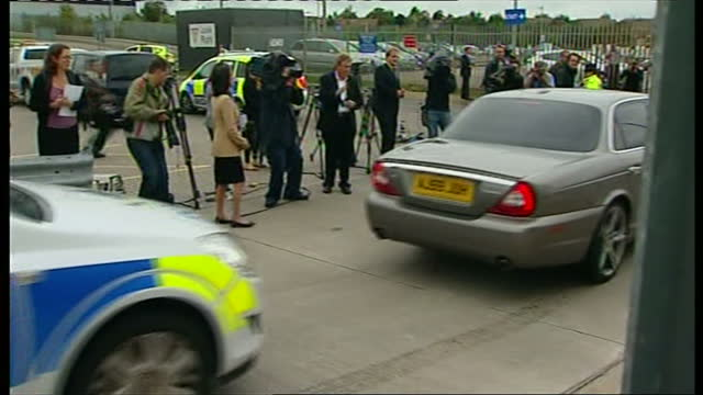 exterior shots of car carrying exiled tycoon asil nadir driving from luton airport with police escort as he returns to britain after 17 years to face... - esilio video stock e b–roll
