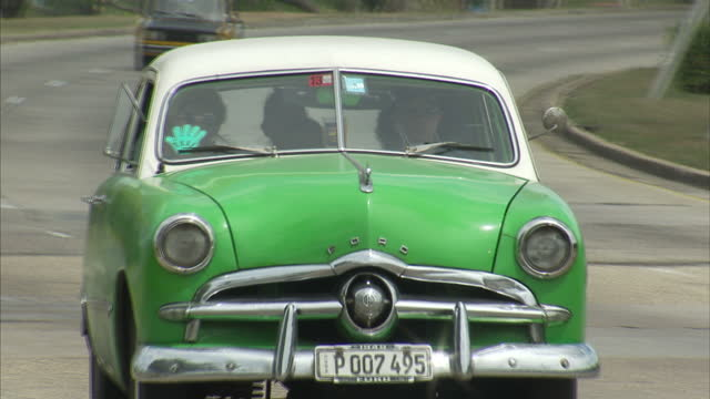 vídeos de stock, filmes e b-roll de exterior shots of cars driving along a major road on the outskirts of havana, including modern and vintage vehicles.>> on march 20, 2016 in havana,... - major road