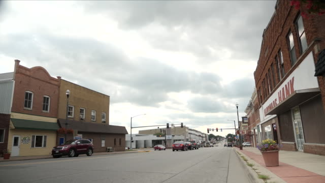 exterior shots of cars driving along main street past traffic lights and intersections on 8 august 2018 in independence iowa - iowa stock videos & royalty-free footage