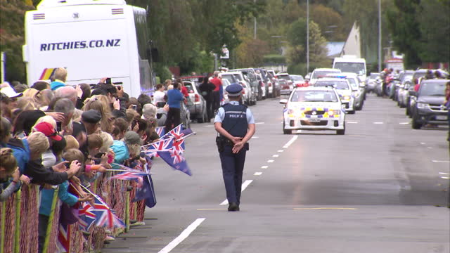 vídeos y material grabado en eventos de stock de exterior shots of cars driving the duke duchess of cambridge arriving security moving gates and fans lining the streets during the royal tour of new... - palacio de blenheim