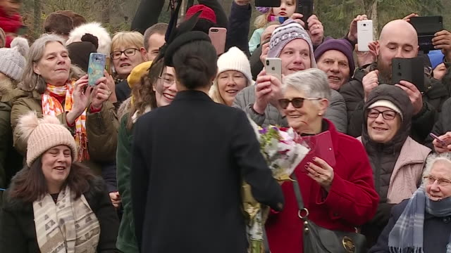 vídeos y material grabado en eventos de stock de exterior shots of catherine duchess of cambridge greeting well wishers and receiving flowers at sandringham and meghan duchess of sussex talking to... - servicio religioso