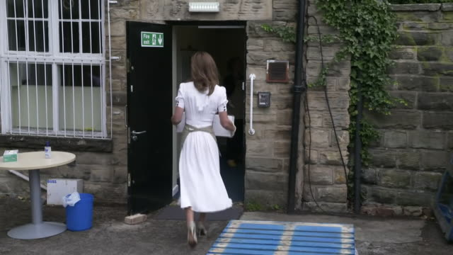 vídeos de stock e filmes b-roll de exterior shots of catherine duchess of cambridge moving boxes from of donated aid items from a pallet while visiting baby basics a charity providing... - moving activity