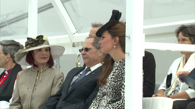 vídeos y material grabado en eventos de stock de exterior shots of catherine duchess of cambridge sitting with company officials wearing black and white spotty coat and black fascinator catherine... - tocado accesorio de cabeza