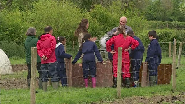 vídeos y material grabado en eventos de stock de exterior shots of catherine duchess of cambridge visiting wick court one of the farms taking part in the farms for city children programme speaking... - michael morpurgo