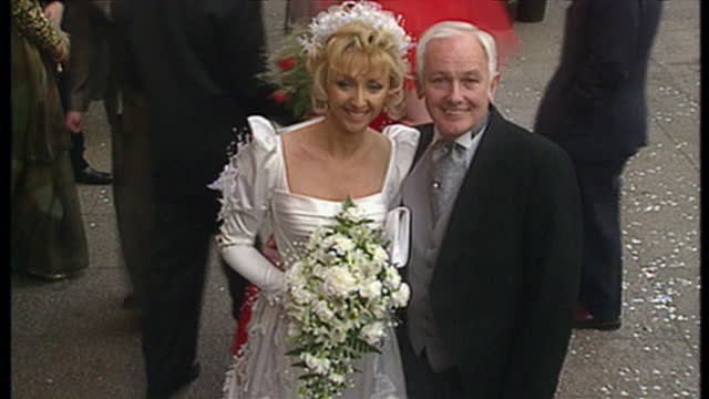 vídeos de stock e filmes b-roll de exterior shots of celebrities arriving at the premiere of four weddings & a funeral, including angus deayton, debbie mcgee with magician paul... - lenny henry