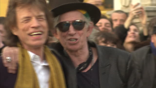 vídeos de stock e filmes b-roll de exterior shots of charlie watts, mick jagger, ronnie wood and keith richards of the rolling stones posing together outside the saatchi gallery. >> on... - rolling stones