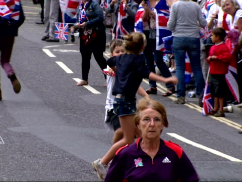 stockvideo's en b-roll-footage met exterior shots of children running in baton relay along the strand during london 2012 olympic parade children racing at london 2012 parade on... - teamevenement