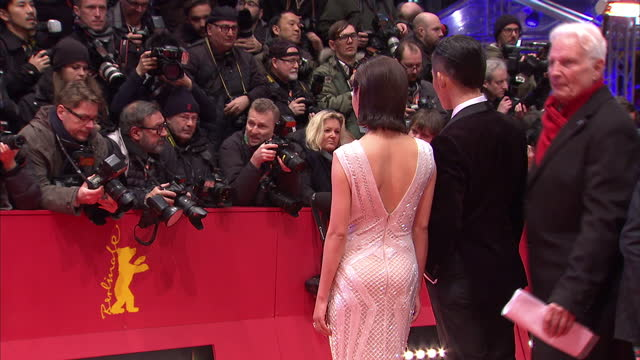 vidéos et rushes de exterior shots of chinese actress xin zhi lei posing for photographs on the red carpet at the berlin premiere of 'hail caesar' on february 12 2016 in... - actrice