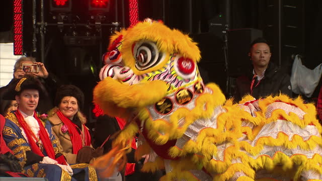 vídeos y material grabado en eventos de stock de exterior shots of chinese dragons dancing to drums as part of the celebrations for chinese new year on january 29, 2017 in london, england. - dragon chino