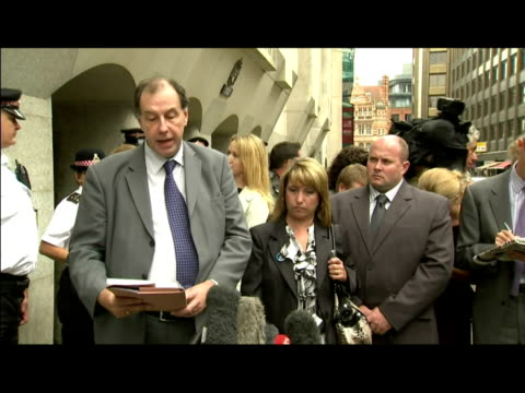 exterior shots of chris johnson, spokesman for denise fergus, reading out statement after one of james bulger's killers, jon venables, was convicted... - ジョン ベナブルズ点の映像素材/bロール