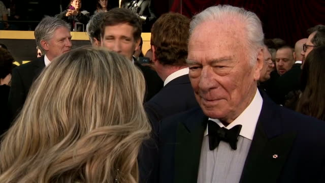 vídeos y material grabado en eventos de stock de exterior shots of christopher plummer on the red carpet, and interview with christopher plummer on the nine day timeframe he had to work with... - christopher plummer