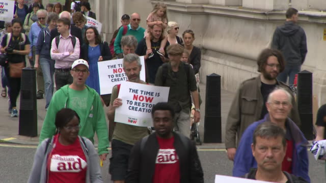 exterior shots of climate change protestors marching on june 26 2019 london england - clima video stock e b–roll