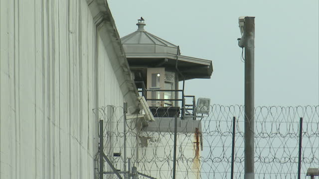 exterior shots of clinton correctional facility in dannemora with media crews and satellite trucks parked nearby during the manhunt for escaped... - 脱獄する点の映像素材/bロール