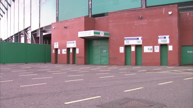vídeos de stock e filmes b-roll de exterior shots of closed turnstyles at celtic park stadium. - torniquete divisa