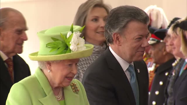 exterior shots of colombian president juan manuel santos arriving being greeted by the queen and prince philip duke of edinburgh on november 1 2016... - elizabeth i of england stock videos & royalty-free footage