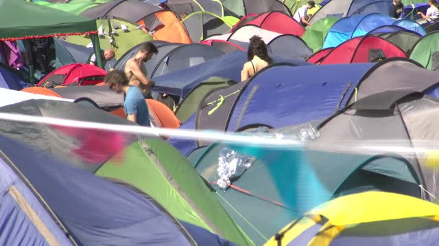 exterior shots of colourful tents covering fields with people camping at the glastonbury festival on 27 june 2019 in glastonbury united kingdom - camping stock videos & royalty-free footage