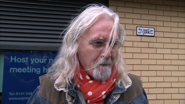vídeos de stock e filmes b-roll de exterior shots of comedian billy connolly speaking about friday's glasgow helicopter crash billy connolly speaks about helicopter crash on december... - billy connolly