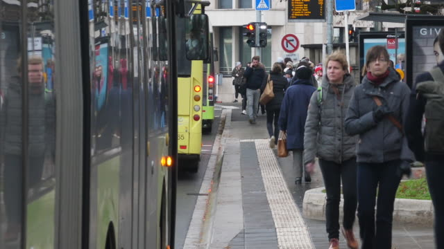 vidéos et rushes de exterior shots of commuters getting on and off buses on december 23 2019 luxembourg luxembourg - grand duché du luxembourg